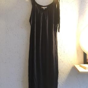 Tynd Mørkeblå maje kjole med flot fald