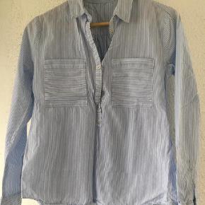 Varetype: Langærmet Farve: Lyseblå  Lækker skjorte str m - men svarer til str s. 100 % bomuld. Brugt en gang