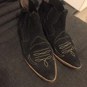 Super lækre ganni støvler i sort ruskind str 40. Det har fået ny hæl og har derfor massere af kilometer endnu.   BYD gerne