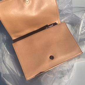 Smuk taske fra det bæredygtige mærke Matt and Nat. Tasken er vegansk og lavet et et lækker materiale der føles som læder. En skøn taske med mange små rum! ☀️
