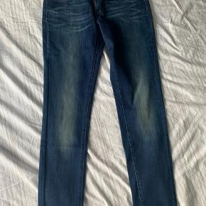 Size is too Big (27) Never worn ( bought in the levis store)