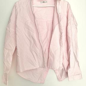 - Tryk på billedet, for at se hele billedet -  Skjorten er i perfekt stand, og er ikke blevet brugt. Den kommer fra et røgfrit hjem.