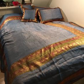 Sengetæppe i silke med 2 små og 2 store puder. Sengetæppe kan lynes op og der kan lægges et vattæppe ind.   Mål: 240x210 cm   Puderne måler:  40x40 cm 65x40 cm  Pudevår følger med