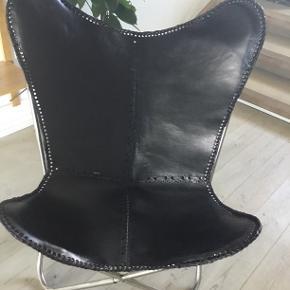 Jeg har 2 af disse flagermusstole i kraftig sort læder. De har kun stået til pynt. Skal de sendes vil jeg undersøge prisen, de vil så være skilt af. Prisen er pr stk.