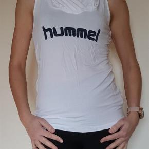 Varetype: Hummel sommertop Farve: Hvid Prisen angivet er inklusiv forsendelse.  Lækker sommertop fra Hummel, med hætte. Str m.  Pris inkl porto.