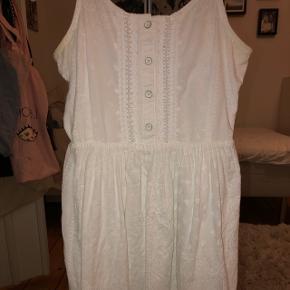 Fin tommy kjole der fitter en på 152:) Den har en lille fejl nederst (ses på sidste billede) men ellers intet i vejen:) np 600, mp 125:)