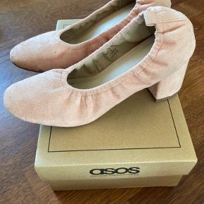 Flotte sko i lyserød imiteret ruskind. Skoene er brugt få gange og er i god stand, men der er lidt snavs på snuden (se billede).