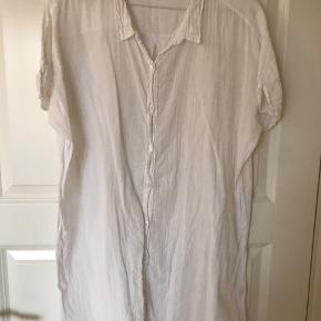 Lækker skjorte/t-shirt fra American Vintage, i lækker kvalitet. Super til en varm sommerdag eller på stranden.  Er stor i størrelsen, så passer også en large.