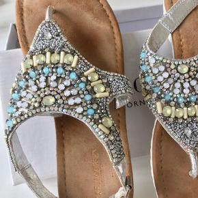 Sælger disse fine sandaler, da de desværre ikke rigtig passer min fod. Brugt ganske lidt.   De er bløde indeni og vejer meget lidt. Helt alm. str. 39 - true to size Ilse Jacobsen . Se også mine andre annoncer og gør et godt køb.