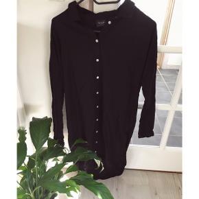 Fin skjortekjole fra VILA. Brugt meget lidt og i super stand.  Kan afhentes i Århus eller Vejle, eller sendes med DAO:)
