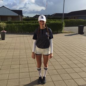 Bluse, hvide shorts og strømper sælges. - kan bl.a. Bruges som sidsteskoledags kostume