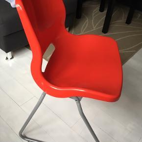 3 fede stole med plastiksæde. Sælges for 40 kr pr stk eller samlet for 110 kr. kan afhentes i Skælskør.