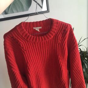 Sælger denne søde røde sweater fra H&M, som er så dejlig her til de koldere måneder🤩  Den er brugt men stadig i rigtig god stand🌸  Køber betaler fragt eller mødes ved Kbh k eller Nørrebro🦋