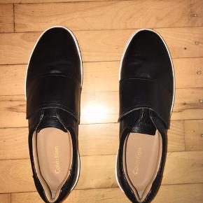 Nye Calvin Klein sko i fineste stand, brugt 1 gang men sælges da de desværre er for små. Ny pris 1000 kr, sælges for 275kr.