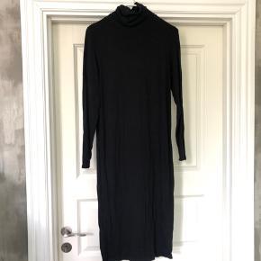 Rullekrave kjole i uldblanding Stor xs (jeg er normalt en small, og den sidder ikke helt stramt på mig)