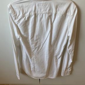 Slim fit skjorte fra Ralph Lauren i str 8. Evt forsendelse er på købers regning :-)
