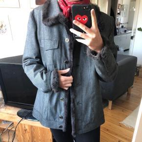 fed vintage jakke med foer og brun kaninpels i kanterne, jakken er grå meleret, brugt lidt men i fin stand, lukkes med knapper, passer både s og m Mp 250 pp