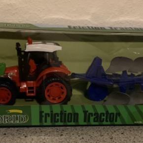 Lækker traktor med plov til den lille traktor elsker.   Er ny og fortsat i emballage   Nypris: 249