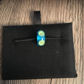Trolde glaskugle, blå/limegrøn. Der kan forekomme små hakker og ridser i, da den er brugt få gange. Se foto