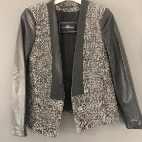 Skøn jakke med ærmer og detaljer i ægte skind. Kun brugt 1 enkelt gang.