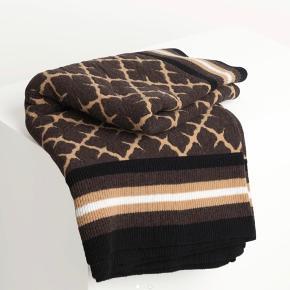 MB - tørklæde/sjal - tæppe til stol/sofa seng evt. måler 126 x 126 cm. Aldrig brugt - bytter ikke. Kr. Ny pris 2500 kr.  Har poncho i samme design til salg på anden annonce.