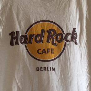 Sælger 3 forskellige hard rock t-shirts. En fra London (str. S), Berlin (str. S) og San Fransisco (str. M). De er ikke brugt ret meget, selvom de på billedet er ret krøllede🙈Nypris pr. stk. = ca. 180,- Mindste pris pr. stk. = 110,- (ellers byd) Du kan få dem alle tre for 285,-