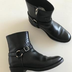Brand: Saint Laurent Varetype: Støvler Farve: Sort Oprindelig købspris: 6000 kr.  Ultra fede wyatt støvler som desværre er for store til mig. Fejler intet og er brugt ganske få gange. Alm i str. Handler mobilepay og sender med Dao på købers regning.