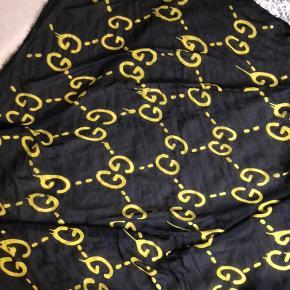 Gucci Graphitti Ghost tørklæde i silke og uld. Frynsede ender. 140*140 cm. Købt i Gucci i London. Kvittering haves.