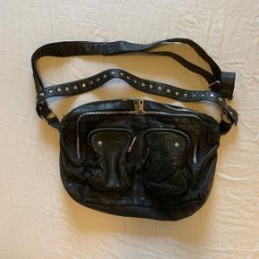 """Nunoo taske i sort washed leather i modellen Mia, der kan rumme en 13"""" computer. Kun enkelte slid detaljer ved lynlåsene (billede kan sendes) Nypris: 1300 kr"""