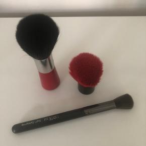 Tre make-up børster. Nilens jord, m.cosmetics og luxie. Brugt få gange, den ene aldrig brugt.