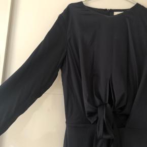 Fin mørkeblå satin kjole, som binder på maven. Kun brugt en gang 🌞