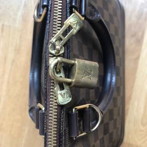Flot Louis Vuitton Alma taske. Flot stand. Skriv evt for flere billeder.