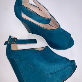 Aldrig brugt, man har få slidspor af at have lagt i en kasse med andre sko.