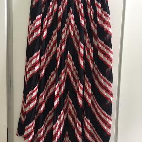 Fed plisseret nederdel i smukt mønster