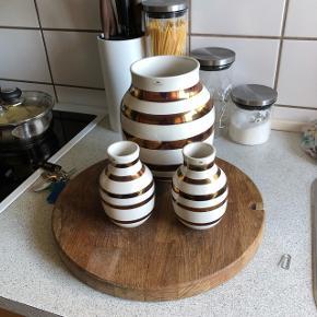 Kähler jubilæums vaser med kobberstriber, de rigtige jubilæumsvaser. 2 små og 1 stor. Sælges 2000. Kun stået til pynt.   20% rabat i uge 12 og 13 2019