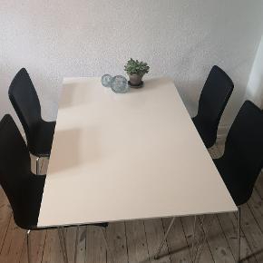 Spisebord med tilhørende stole. Perfekt til et mindre værelse. Stolene har lidt slidmærker. Bordet har også enkelte mærker. Duppen på det ene bordben sidder ikke fast, men det har ikke betydning for bordet. Opdages kun, når bordet løftes.