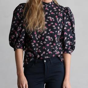 Bluse med pufærmer fra Custommade, 100% bomuld. Brugt få gange og fejler ikke noget. Handles der over ts betaler køber ts gebyr