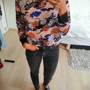 Bluse med blomster i sort, blå, orange og lyserøde farver  #Secondchancesummer