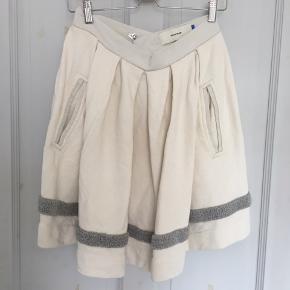Nederdel med lommer. Sidder højt i taljen Tykt stof og i et lidt nusset materiale.