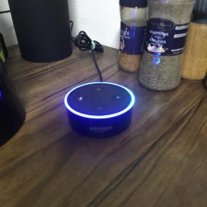 Sælger min Amazon Echo Dot. Det er en lille smart højtaler som man kan styre med stemmen (dog kun engelsk)