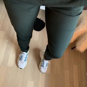De lækreste grønne bukser fra COS 💚 Bukserne lynes bagpå og lukkes også yderligere.