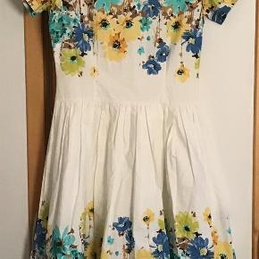 Varetype: Den yndigste kjole Farve: Se billeder  Så fin og yndig kjole. 100 % bomuld. Måler fra ærmegab til ærmegab 44 cm. Livvidde 2 x 38 cm. Længden 105 cm. Lang lynlås ned ad ryggen.  Bytter ikke Evt. MobilePay