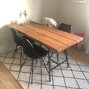 Hej, jeg sælger dette smukke spisebord i træ. Måler 160 i længden x 75 bred. Det er under er halvt år gammelt. Kan ses i Højbjerg, Aarhus syd