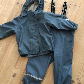 Hummel regnsæt bestående af selebukser og jakke. Sættet er ligeså flot som nyt. Elastikkerne som er anvendt under fodtøjet trænger dog til udskiftning. Ingen huller, slid eller lignende.  Byd :-)