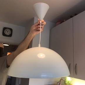 Fed gammel hvid retro emalje lampe / loftlampe / pendel med skøn patina (se billeder)  Mål - ca. 40 cm. i diameter