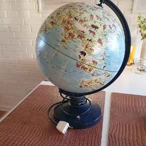 Globus med dyr  Lyset virker fint, og er et behageligt lys  Den virker som den skal, den er bare gammel