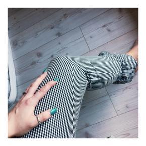 Sort/hvid ternede bukser i størrelse small fra Mango. De er ikke brugt.