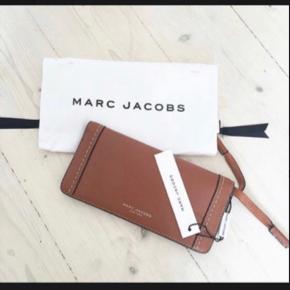 • Smuk pung fra Marc Jacobs.  • Brugt i to timer.  • Pungen måler 9,5 * 19 cm.  • Np: 1.450 kr.