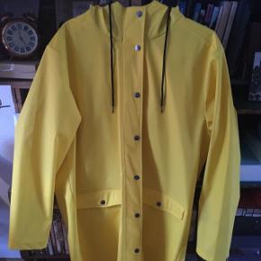 Lækker og glædespredende gul regnjakke 🌦🌼🌻🌞🌝⭐️🌙⚡️🐥🐱👘🔑📒✏️💛⚠️🔱 Størrelse M-L, jeg er selv M og syntes den er ret stor på mig ;) Nypris: 550kr. Mærke: Mbym (købt i message sidste år) sælges pga jeg føler den er for stor i størrelsen til mig 🙈