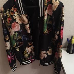 Blomstret jakke  i str xs small vind breaker  svarer til pige på 12-14 år